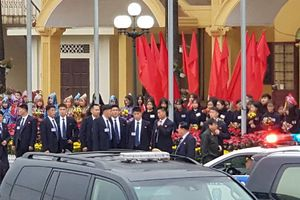 Dàn vệ sĩ áo đen của Chủ tịch Kim Jong-Un tại ga Đồng Đăng