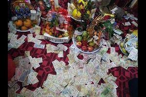 Bất chấp lệnh cấm, dịch vụ đổi tiền lẻ tại cổng đền, chùa vẫn tràn lan