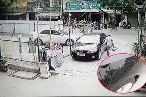 Đi đổ rác, cụ ông tiện tay cào xước ô tô Kia Cerato giữa ban ngày ở Hà Nội