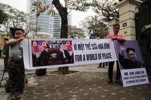 Hai bố con kêu gọi 'Vì một thế giới hòa bình' trước KS Melia