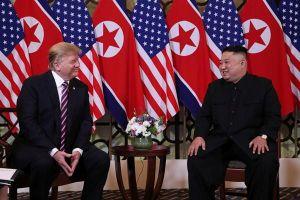 Chính thức gặp gỡ tại Hà Nội, TT Trump và Chủ tịch Kim bắt tay thân mật
