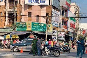 Tránh xe máy từ chợ ra đường, nam tài xế tông tử vong một phụ nữ bán gà