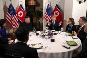 Cú bắt tay lịch sử của Tổng thống Trump và Chủ tịch Kim Jong-un tại Hà Nội