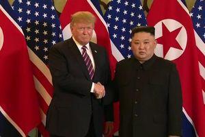 Khoảnh khắc Trump - Kim mỉm cười bắt tay nhau tại Hà Nội