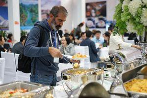 Phóng viên quốc tế hào hứng thưởng thức ẩm thực Việt Nam