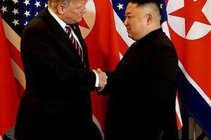 Ông Donald Trump và ông Kim Jong-un tươi cười bắt tay, ca ngợi nhau 'can đảm' và 'tuyệt vời'