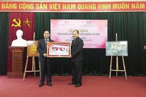 Bàn giao bức chân dung Lenin và Fidel Castro cho bảo tàng của Lào