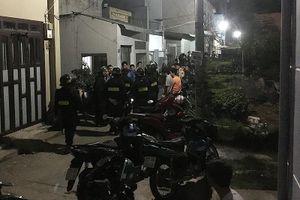 Cảnh sát khống chế kẻ vô cớ chém hàng xóm rồi cố thủ
