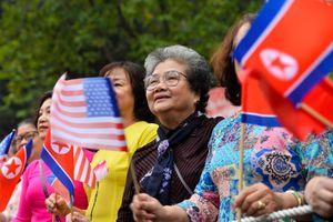 Người Hà Nội vẫy cờ hoa chào mừng Chủ tịch Kim Jong Un