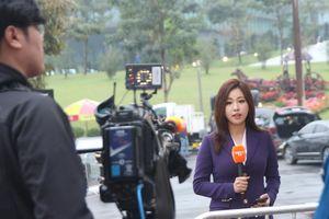 Cận cảnh nữ phóng viên Hàn Quốc rạng rỡ tác nghiệp tại thượng đỉnh Mỹ-Triều