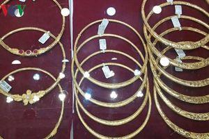 Giá vàng thế giới giảm mạnh, thấp hơn vàng SJC 80.000 đồng/lượng