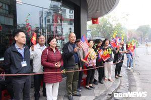 Người dân Thủ đô cầm cờ hoa đứng từ sáng sớm chào đón 2 nhà lãnh đạo đến hội nghị thượng đỉnh