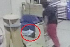 Cô giáo mầm non ở Mỹ quăng trẻ 3 tuổi vào tủ gây rách trán