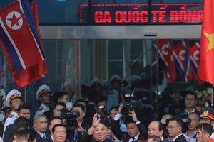Ông Kim Jong-un vẫy tay chào người dân Việt Nam tại ga Đồng Đăng khi về nước