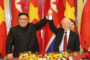 Chủ tịch Triều Tiên Kim Jong-un đánh thử đàn bầu Việt Nam trong tiệc chiêu đãi