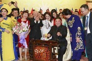 Chủ tịch Kim Jong-un thích thú gảy đàn bầu