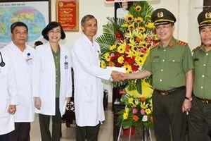 Lãnh đạo Bộ Công an biểu dương ê-kíp y, bác sĩ Bệnh viện 30-4 đã cứu bệnh nhân suy tim