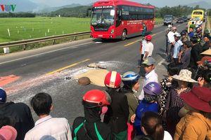 Đi bộ qua đường, một phụ nữ bị xe khách tông chết