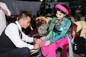 Thanh Duy quỳ gối mang giày cho Kha Ly trong hậu trường