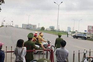 Hình ảnh đẹp: Thiếu tá CSGT dùng xe đặc chủng chở hai mẹ con đi cấp cứu