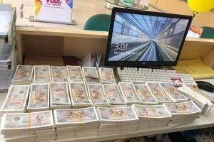 Mang bao tải tiền lẻ 2.000 đồng mua điện thoại 23 triệu tặng vợ nhân ngày 8/3