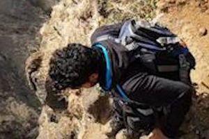 Du khách liều lĩnh đi trên vách núi dựng đứng ở Ấn Độ
