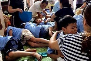 Ăn nhầm bột thông bồn cầu, gần 50 học sinh bị ngộ độc