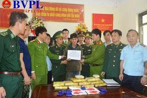 Phục bắt gã người Lào vận chuyển 60.000 viên ma túy vào Việt Nam