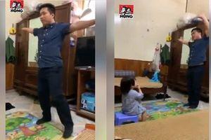 Cười ngất với cảnh bố đi làm về lập tức đứng múa hát hẳn một liên khúc theo yêu cầu của cô con gái
