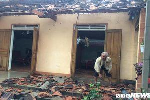 Lốc xoáy thổi bay 65 nóc nhà ở Nghệ An