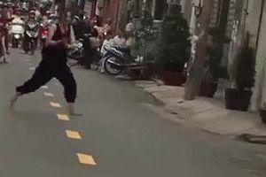Thực hư clip 'nữ hiệp' nghi ngáo đá vác dao chém thanh niên nghiện ngã gục, truy sát người đi đường ở Sài Gòn