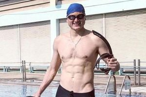 Văn Lâm khoe ảnh 6 múi săn chắc bên bể bơi