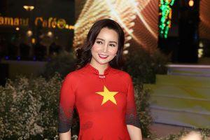 Mai Thu Huyền gây ấn tượng khi làm vedette trình diễn BST áo dài 99 Quốc kỳ