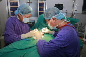 Phẫu thuật cho nam sinh bị vỡ tinh hoàn khi chơi bóng đá