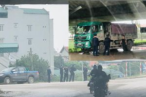 Đoàn xe 'siêu tải' đại náo đê Hữu Hồng: Liệu có sự tiếp tay?