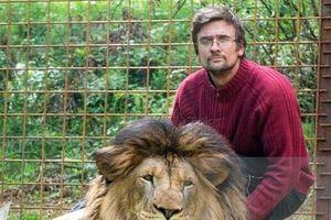 Người đàn ông bị sư tử nuôi 2 năm vồ chết ngay trong lồng