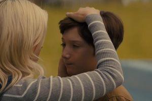 Phim kinh dị của James Gunn tiếp tục dọa người xem với đứa trẻ ma quái, khoác áo choàng đỏ bay như Siêu Nhân