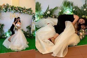 Chụp ảnh với cô dâu, cô bạn thân bất ngờ gây chú ý hơn với loạt biểu cảm 'khó đỡ'