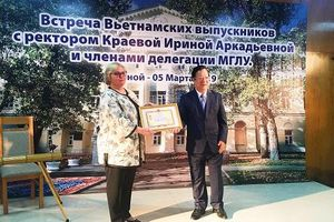 Trao Kỷ niệm chương tặng Hiệu trưởng trường MGLU (Nga)