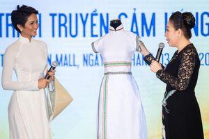 Áo dài thổ cẩm trắng của H'Hen Niê được trưng bày tại Bảo tàng áo dài