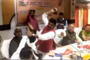 Tranh cãi nảy lửa, nghị sĩ Ấn Độ dùng giày 'choảng' nhau