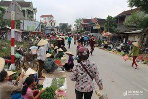 Nghệ An: Chợ tiền tỷ bỏ hoang, dân tràn ra đường buôn bán