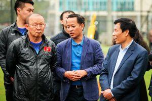 Trợ lý Huy Khoa tái xuất, mặc vest vào sân tập U23 Việt Nam