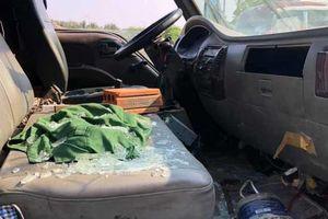 9X chở vợ ném gạch vỡ kính ôtô tải ép xe máy