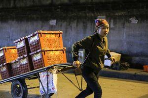 Hình ảnh những 'bóng hồng' trong đêm ở chợ Long Biên ngày 8.3
