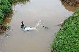 Nam thanh niên tử vong trong tư thế nằm nghiêng cạnh xe Exciter dưới mương nước
