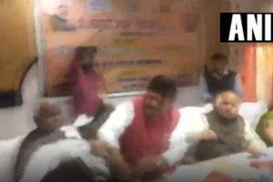 CLIP: Chính trị gia Ấn Độ cầm giày đánh nhau ngay trên bàn họp