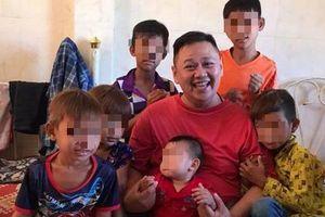 Minh Béo lại gây sốc khi ôm nhiều trẻ nhỏ chụp ảnh thân mật
