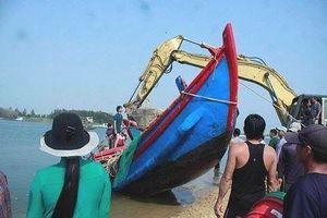 Nỗ lực trục vớt 2 tàu cá bị sóng đánh chìm