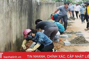 Cán bộ, công chức Can Lộc giúp các xã làm nông thôn mới